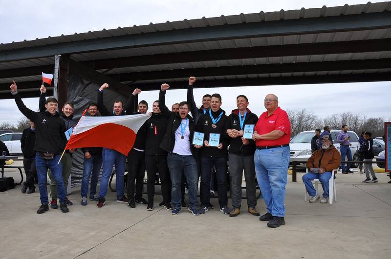 Pięć medali – dwa srebrne i trzy brązowe zdobyli studenci Politechniki Wrocławskiej na zawodach konstruktorów lotniczych SAE Aero Design East 2019, które odbyły się w ubiegły weekend na lotnisku Fort Worth w Teksasie (fot. JetStream)